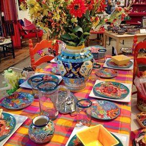 Mesa decorada con talavera_Pueblatips